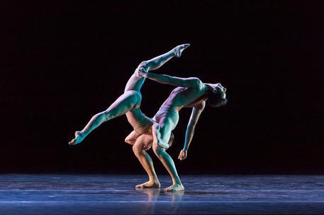 """""""Odyssey"""" al teatro romano di Ostia Antica: il mito di Omero tra danza contemporanea e cantisiciliani"""
