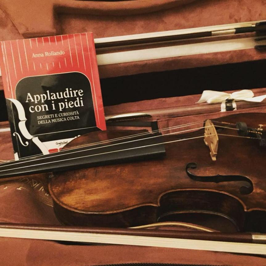 Recensione | APPLAUDIRE CON I PIEDI, il nuovo libro di AnnaRollando